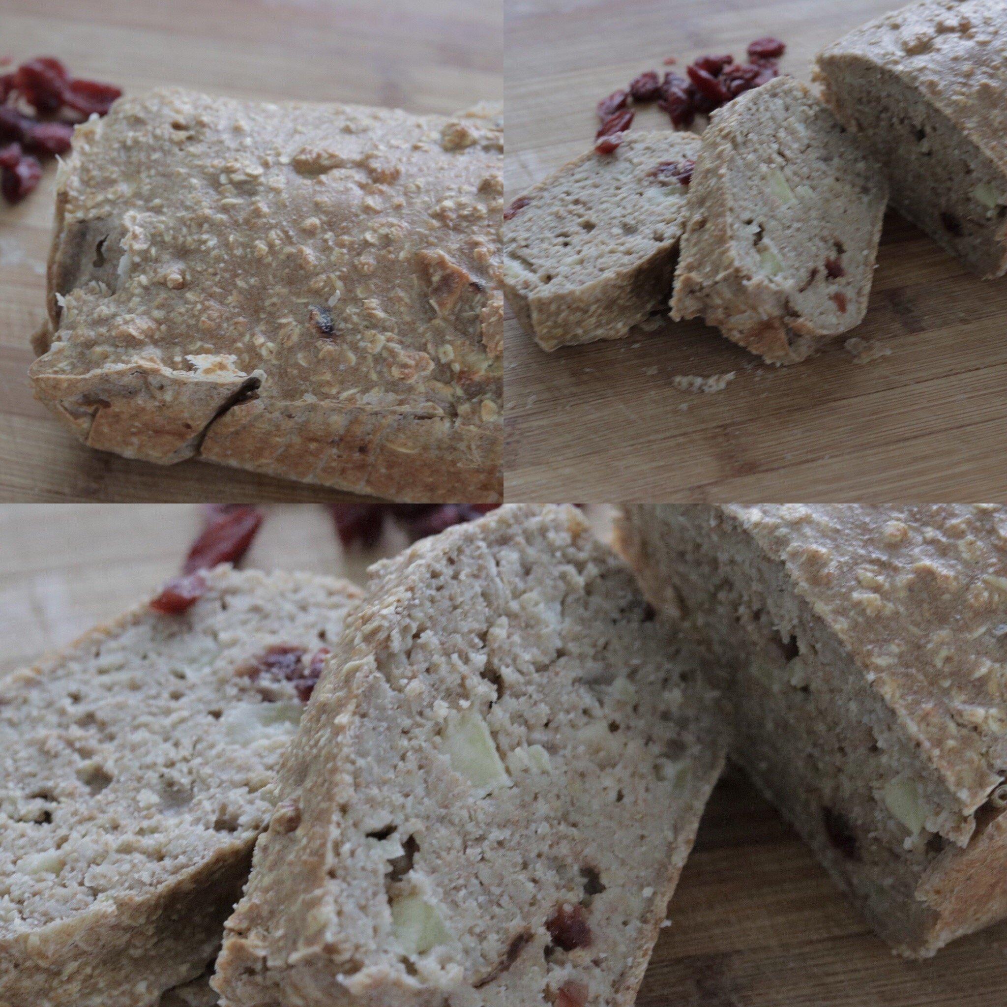 Suikervrije havermout speltmeel brood gebakken met appel en granberries.